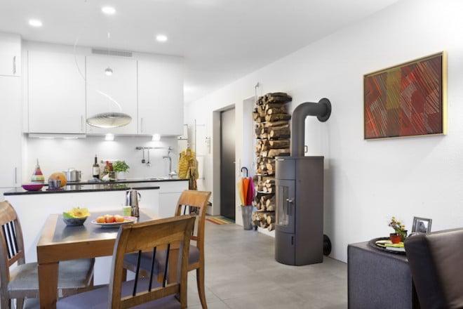 """Bei Bedarf werden die FlyingSpaces komplett bezugsfertig angeliefert. Auf kleinstem Raum wird Wohnen, Kochen, Schlafen und Baden möglich. Steht ein Umzug an, wird das """"Minihaus"""" einfach mitgenommen. (Foto: epr/SchwörerHaus)"""