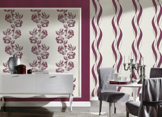 In großen und hellen Räumen können an der Wand problemlos kräftige Farbakzente gesetzt werden. Hier wird das warme Violett durch große Blumenornamente unterbrochen. So entsteht eine einladende Raumwirkung. Bild: tdx/homesolute.com/A.S. Création