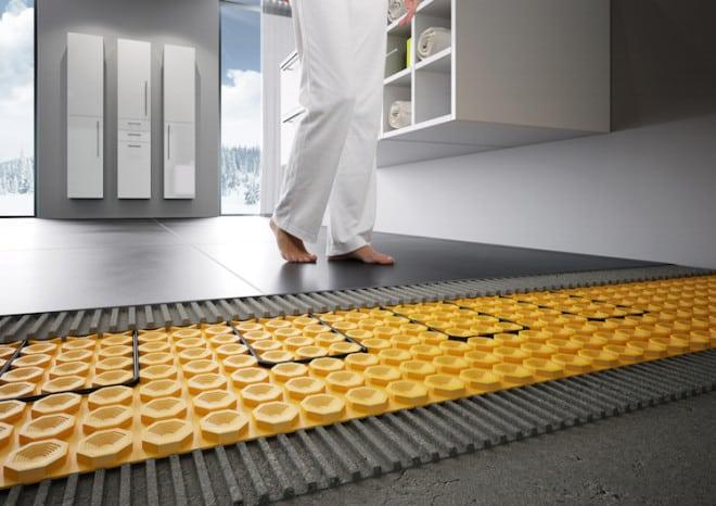 Eine Fußbodenheizung in Verbindung mit Keramikfliesen ist im Bad nicht nur angenehm zu den Füßen, sondern auch wohngesund: Sie verbreitet staubfreie Strahlungswärme. (Foto: epr/VDF/Schlüter)