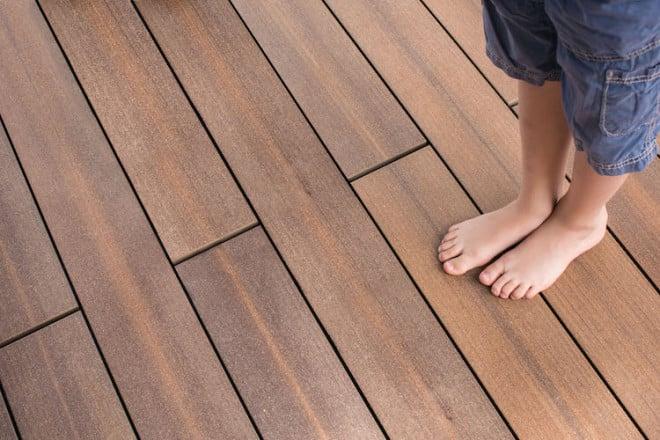 Ohne Splitter durch den Sommer: Bei den Holz-Verbundwerkstoffen gehört auch die Verletzungsgefahr, die reine Holzdielen aufweisen, der Vergangenheit an. Foto: djd/www.megawood.com