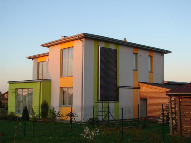 Vakuum-Röhrenkollektoren von AkoTec können nicht nur auf dem Dach, sondern auch an der Hausfassade montiert werden. Das Kollektorgehäuse ist in vielen verschiedenen Farben wählbar und kann damit optisch an das Gebäude angepasst werden. Bild: tdx/AkoTec
