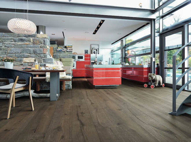 Rustikale Vintage-Optik für Ihr Zuhause: Der Hightech-Holzboden Lindura (hier als Eiche rustikal lehmgrau, gebürstet und naturgeölt). Foto: Meister/akz-o