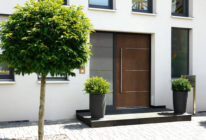 """Trendgerecht lässt die Haustürfüllung aus Corten-Stahl in charakteristischer Rost-Optik den Eingangsbereich in neuem """"alten"""" Glanz erstrahlen. (Foto: epr/Rodenberg)"""