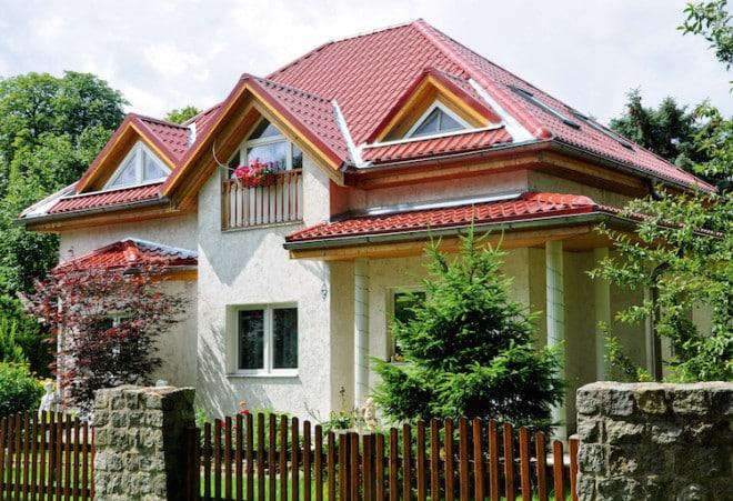 Die Metalldachplatten gibt es in einer großen Farbauswahl: Damit lassen sie sich auf die Optik des Hauses abstimmen. (Foto: epr/LUXMETALL)
