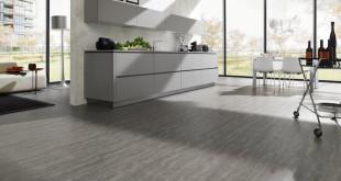 Wo gekocht wird, wird gekleckert: Genussmenschen erleichtern sich die Reinigungsarbeiten, indem sie in der Küche einen pflegeleichten Vinylboden verlegen lassen. (Foto: epr/Bembé Parkett)