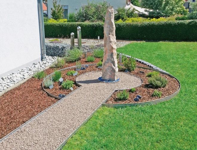Wenn Gartenarbeit zum Freizeitspaß wird: Einfassungsprofile halten Blumeninseln, Beete und Wege in Form. Wurzeln und Unkraut können sich nicht mehr unkontrolliert ausbreiten. (Foto: epr/terra-S)