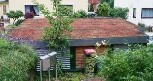 Durch die Dachbegrünung fügt sich der geräumige Carport ideal in die bestehende Gartenarchitektur ein. (Foto: epr/capotec)