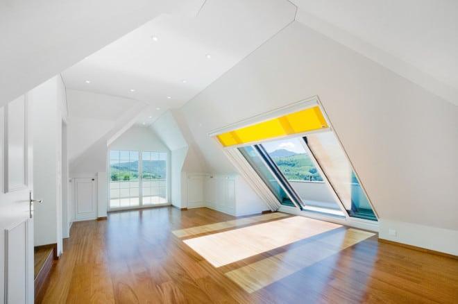 Panorama Dachschiebefenster lassen viel Sonnenlicht in den Raum, ermöglichen den Blick auf die Umgebung und sorgen so für eine außergewöhnliche Atmosphäre. Innenliegende Rollos bieten Schutz vor blendenden Sonnenstrahlen und können auf die Größe des Fensters angepasst werden. Bild: tdx/Sunshine Wintergarten