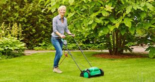 Ist die Grasfläche stark verfilzt oder vermoost, kommt der Vertikutierer zum Einsatz, bevor Sand, Humus, Nährstoffe und natürliche Bodenorganismen ausgebracht werden. Foto: djd/Floragard Vertriebs-GmbH