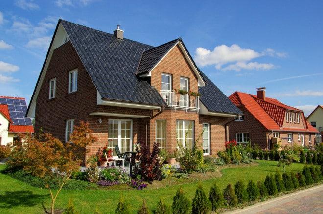 Vor allem im Norden Deutschlands sind Fassaden aus Klinker beliebt. Die Steine gelten als enorm widerstandsfähig und trotzen Wind und Wetter. Zudem umfasst das Klinkersortiment eine breite Farbpalette, unter anderem das traditionelle Rot. Bild: tdx/homesolute.com/Fotolia