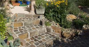 Pflastersteine eignen sich für viele Einsatzbereiche, zum Beispiel den Bau einer Treppe in den Garten. Die robusten Steine sorgen für Trittsicherheit und gefallen durch unterschiedliche Farbnuancen. Bild: tdx/homesolute.com/Fotolia