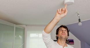 Dank Magnetklebepad lassen sich manche Rauchmelder innerhalb von 30 Sekunden an der Decke installieren. Foto: djd/ABUS Security-Center GmbH & Co. KG