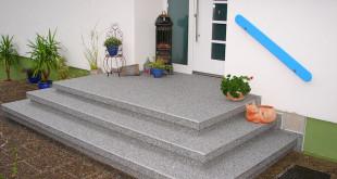 Der erste Eindruck zählt - gerade auch am Hauseingang. Unansehnlich gewordene Treppen sind mit Natursteinteppichen einfach und zeitsparend zu modernisieren. Foto: djd/Renofloor