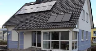 Aus dem Sonnenlicht im eigenen Haus nutzbare Wärme oder sauberen Strom zu gewinnen, hat viele Vorteile und liegt deshalb voll im Trend. Damit die Freude an der Solaranlage lange währt, sollte sie angemessen versichert Bild: tdx/IVBB