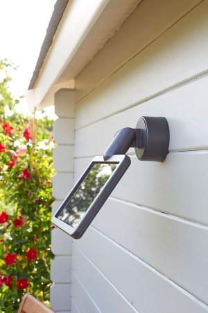 """Das Solar-Panel wird getrennt von einer Solar-LED-Leuchte montiert. So kann der optimale Platz zum """"Sonnentanken"""" gefunden und genutzt werden. Foto: djd/Hugo Brennenstuhl GmbH & Co.KG"""