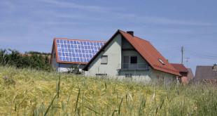 Trotz sinkender Einspeisevergütungen lohnen sich Photovoltaikanlagen, wenn Hausbesitzer den selbst erzeugten Strom vermehrt selbst nutzen. Foto: djd/Bauherren-Schutzbund e.V.