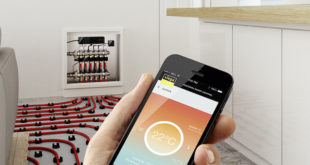 Fonterra Smart Control, die neue Einzelraumregelung für Fußbodenheizungen von Viega, ist intuitiv bedienbar: Jede Einstellung kann ganz einfach, zum Beispiele mit Hilfe eines Smartphones, vorgenommen und auch immer wieder bedarfsgerecht abgeändert werden. (Foto: Viega)