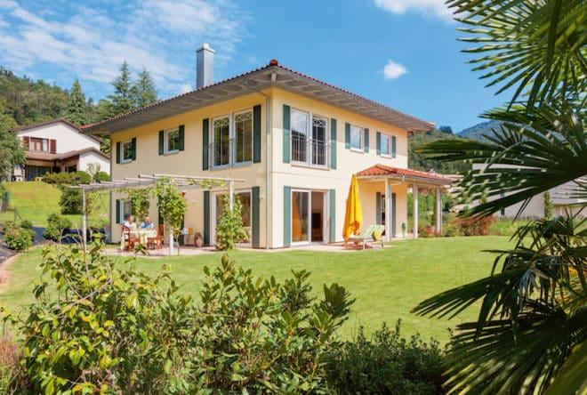 Willkommen zu Hause: Die weißen Fensterrahmen mit den dunkelgrünen Läden begrüßen die Bewohner und Gäste bereits aus der Ferne. (Foto: epr/SchwörerHaus)
