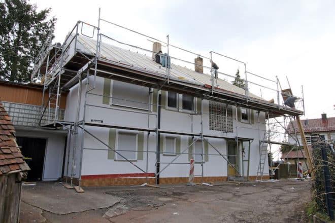Dicke Dämmpakete auf älteren Häusern sehen nicht unbedingt schön aus. Schlanke Hochleistungsdämmungen des Dachs verändern die Proportionen nur sehr unwesentlich. Foto: djd/puren