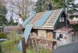 Hier sanieren geübte Heimwerker in Eigenleistung. Die grünen Metalldachplatten unterstützen den natürlichen Look des Holzhauses. (Foto: epr/LUXMETALL)