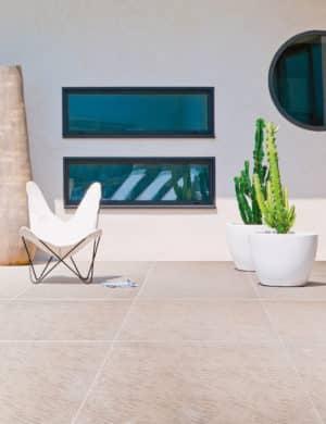 Großformatige Terrassenplatten werden mit der M-Coat-Schutzbeschichtung resistent gegen Grünbefall, Kalkausblühungen und Frost. (Foto: epr/Marlux)