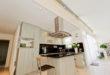 Eine neue Küchenzeile mit alter Decke? Ein No-Go! Erst eine neue Design-Decke bereichert das Ambiente und entfaltet die Renovierung zu voller Wirkung. (Foto: epr/PLAMECO)
