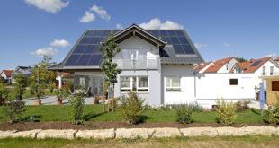 Eine großflächige Solaranlage versorgt das Zweifamilienhaus mit erneuerbarer Energie. Hochwertige Baustoffe wie Ziegel mit Wärmedämmstofffüllung sind Grundvoraussetzung für eine ressourcenschonende Bauweise. Bild: tdx/Lebensraum Ziegel/Poroton