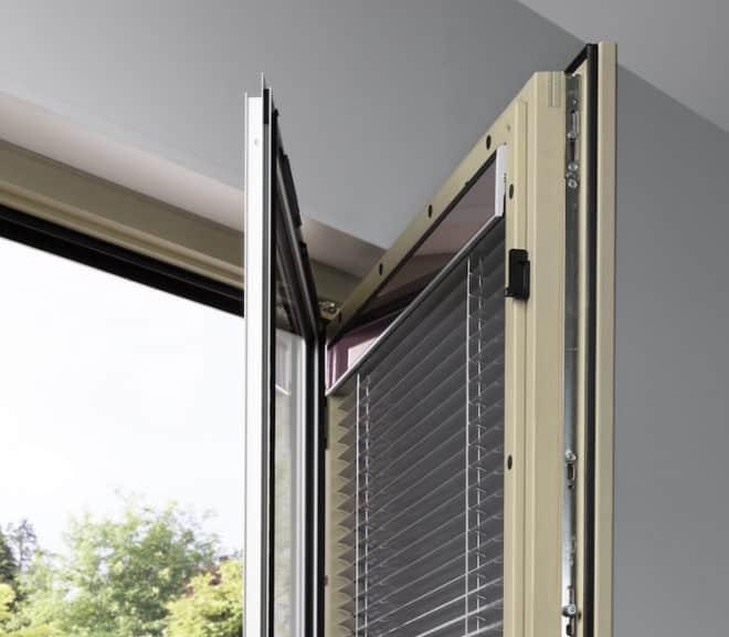 Die Energie für den Jalousieantrieb wird direkt am Fenster gewonnen und gespeichert. Verantwortlich dafür sind ein in die Blende integriertes Photovoltaik-Modul und ein leistungsstarker Akku. (Foto: epr/Internorm)