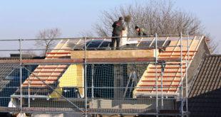 Die Modernisierung des Daches ist Profisache und sollte stets von einem Fachbetrieb übernommen werden. Foto: djd/PEFC
