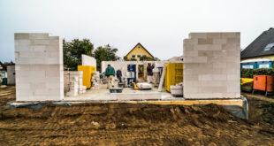 Bereits bei der Auswahl eines Grundstücks und der Lageplanung des Hauses kann man einen sommerlichen Wärmeschutz einplanen. Foto: djd/Bauherren-Schutzbund