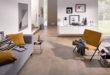 Mit warmen Farben und wohnlichen Oberflächen erfreut sich die Fliese als Belag im Wohnbereich steigender Beliebtheit bei Bauherren und Sanierern. Foto: djd/deutsche-fliese.de/Steuler