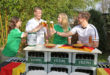Wer als Gastgeber der EM-Party mit Freunden einen speziellen Touch geben will, kann im Garten oder in der Garage eine kleine Theke aus Bierkästen bauen. Foto: djd/Brauerei C. & A. Veltins