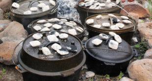Ein Topf für alle Zwecke: Der Dutch Oven lässt sich zum Kochen, Braten, Backen verwenden. Der Traditionstopf erlebt gerade seine Renaissance unter Grillfans. Foto: djd/proFagus/Fotolia-Deby Cohenour