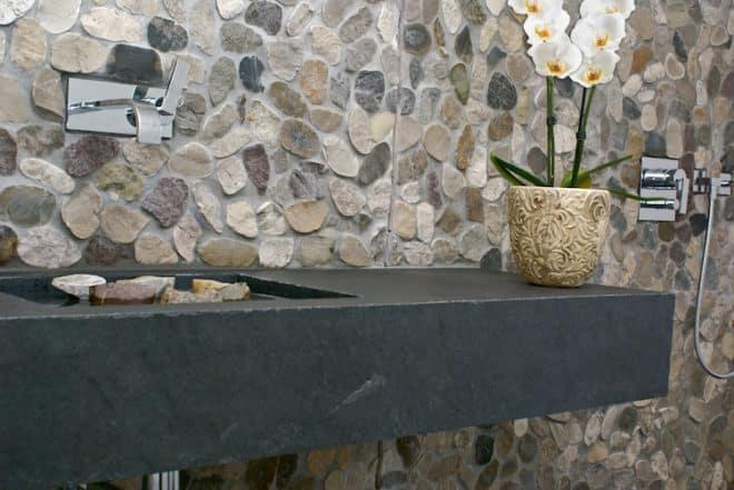 Ein Waschbecken oder eine Wandverkleidung aus Naturstein sind problemlos umgesetzt und geben dem Badezimmer doch eine ganz neue Wirkung. (Foto: epr/STONEGATE)