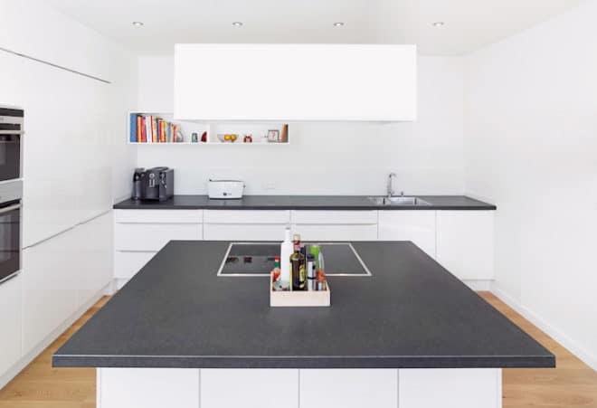 Eine neue Arbeitsplatte aus Basalt gibt der Küche ein neues Gesicht und überzeugt im Alltag – der Naturstein zeigt optisch keine Schwächen. (Foto: epr/STONEGATE)