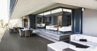 Perfekt aufeinander abgestimmt: Passend zu den Gartenmöbeln ergibt sich mit den massiven Terrassendielen von HQ-Deck ein harmonisches Gesamtbild. (Foto: epr/HolzLand)