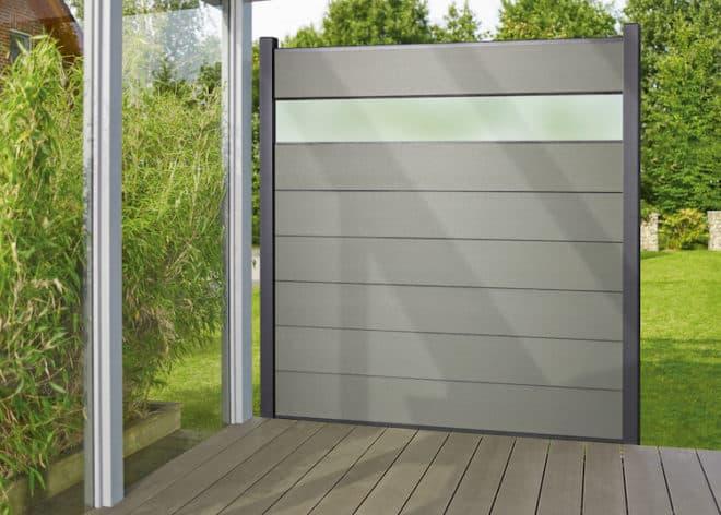Der hochwertige Sichtschutz Tempor aus Holz-Kunststoff-Verbundwerkstoff (WPC) überzeugt nicht nur optisch, sondern schafft auch klar definierte Grenzen zu den Nachbarn. (Foto: epr/HolzLand)