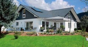 Ob kompakter Grundriss oder großzügige Villa – Bungalows von heute sehen zeitgemäß aus. Mit Satteldach und Holzfassade wirkt das ebenerdige Eigenheim wie ein modernes Landhaus. (Foto: epr/SchwörerHaus)