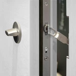 Ein Sperrbügel bietet Sicherheit, aber beeinträchtigt die Optik der Haustür nicht. Sie lässt sich nur einen Spalt öffnen und ermöglicht einen sicheren Kontakt mit dem Besucher. Foto: Schwabenhaus