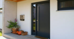 Schwabenhaus stattet seine Häuser bereits serienmäßig mit einer hochwertigen Tür mit 5 fach Sicherheitsverriegelung aus. Foto: Schwabenhaus