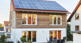 """Die ökologische Gebäudehülle """"ÖvoNatur"""" auf Basis des natürlichen Rohstoffes Holz sorgt beim neuen Eigenheim von Familie Burgmann für eine sehr gute Dämmung. Foto: djd/WeberHaus.de"""