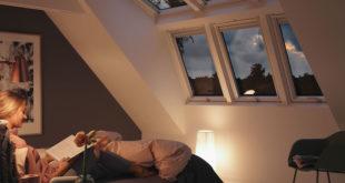 Im Bett bei einem guten Buch entspannen: Dachfenster mit selbstreinigendem Effekt und Anti-Regengeräusch-Effekt erhöhen den Wohnkomfort im Obergeschoss spürbar. Foto: djd/VELUX