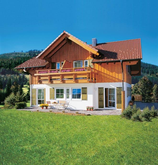 So sieht ein echtes Traumhaus aus: Das klassische Satteldach trifft auf den repräsentativen Balkon und den dritten Giebel. Das viele Holz und die harmonische Gestaltung versprühen Landhausflair. (Foto: epr/SchwörerHaus)
