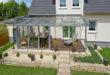 Terrassendächer bieten einen wirkungsvollen Wetterschutz für Menschen und für hochwertige Gartenmöbel. Foto: djd/Sonne-am-Haus.de
