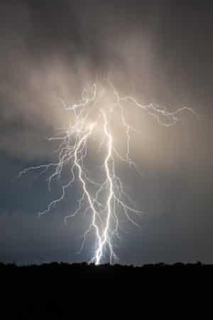 Sommerunwetter bringen oft auch Blitz und Donner mit sich. Die Kraft der Blitze kann bei einem Einschlag massive Folgen haben. Ein Blitzschutz ist daher zu empfehlen, auch wenn er bislang für Einfamilienhäuser nicht vorgeschrieben ist. Bild: tdx/Fotolia
