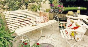 Stylisher Stilmix: Die handgefertigten Bänke, Tische und Stühle haben ihren ganz eigenen Zauber. Gefertigt sind die charmanten Möbel aus Eisen sowie Holz und stammen aus der Zeit von 1920-50. Foto: djd/britsch.com