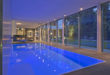 LED-Unterwasserscheinwerfer schaffen in der privaten Schwimmhalle eine stimmungsvolle Atmosphäre. Foto: djd/Bundesverband Schwimmbad & Wellness e.V.