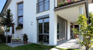 Die robuste Außenschale bei Aluminium-Kunststoff-Fenstern garantiert Witterungsbeständigkeit und verleiht der Fassade ein elegantes und modernes Erscheinungsbild. Foto: Kneer GmbH