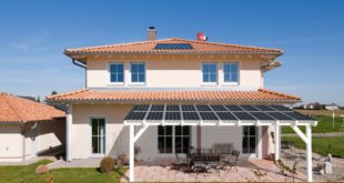 Solarterrassen vereinen zwei Funktionen in einem: Sie verschatten die Terrasse und wandeln das Sonnenlicht in Energie für den Haushalt um. Bild: tdx/easyterrasse.de
