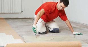 Bodentrends für drunter: Unterlagsbahnen machen den Bodenbelag leistungsstärker und steigern den Wohnkomfort. Täglich Tritte wegstecken, Füße wärmen, wuchtige Möbel tragen und jahrelang schön aussehen – all das schafft der Fußboden besser durch die Unterstützung von unten. Tragen die Produkte das EC1-Siegel auf den Verpackungen, sind sie zudem wohngesund und umweltschonend. Foto: BAU-PR